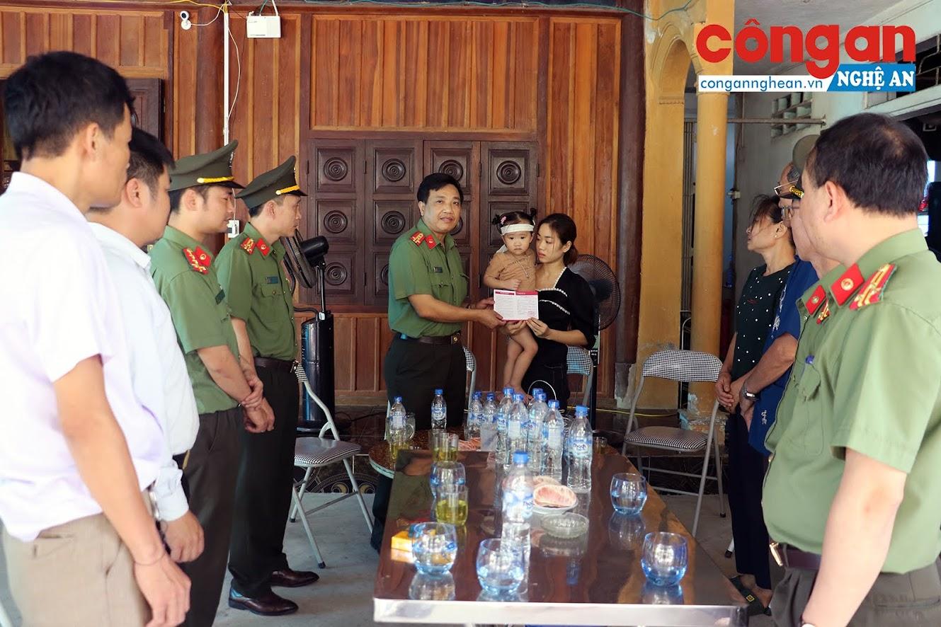 Đại tá Hồ Văn Tứ, Phó giám đốc Công an tỉnh trao sổ tiết kiệm cho vợ, con Đại úy Sầm Quốc Nghĩa