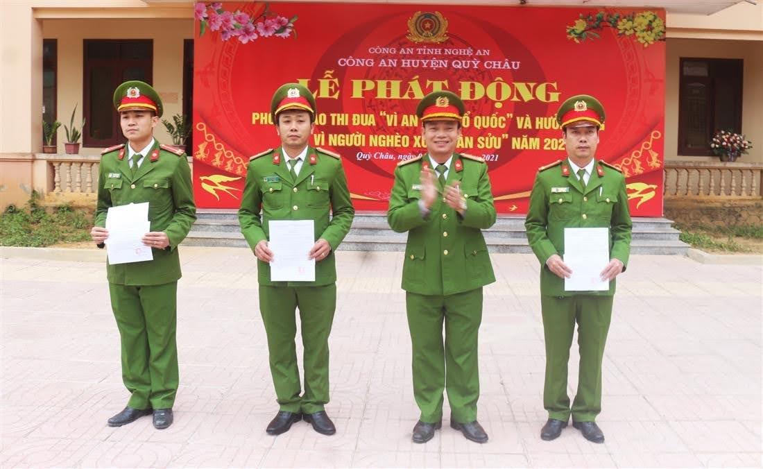 Đồng chí Thượng tá Nguyễn Đình Hùng - Trưởng Công an huyện Quỳ Châu trao thưởng cho các tập thể, cá nhân đạt thành tích xuất sắc trong đấu tranh, phòng chống tội phạm