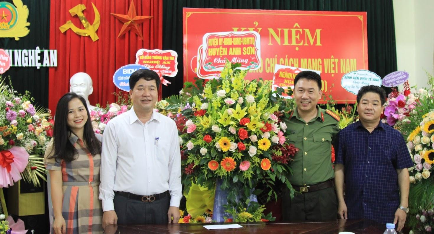Huyện Anh Sơn chúc mừng