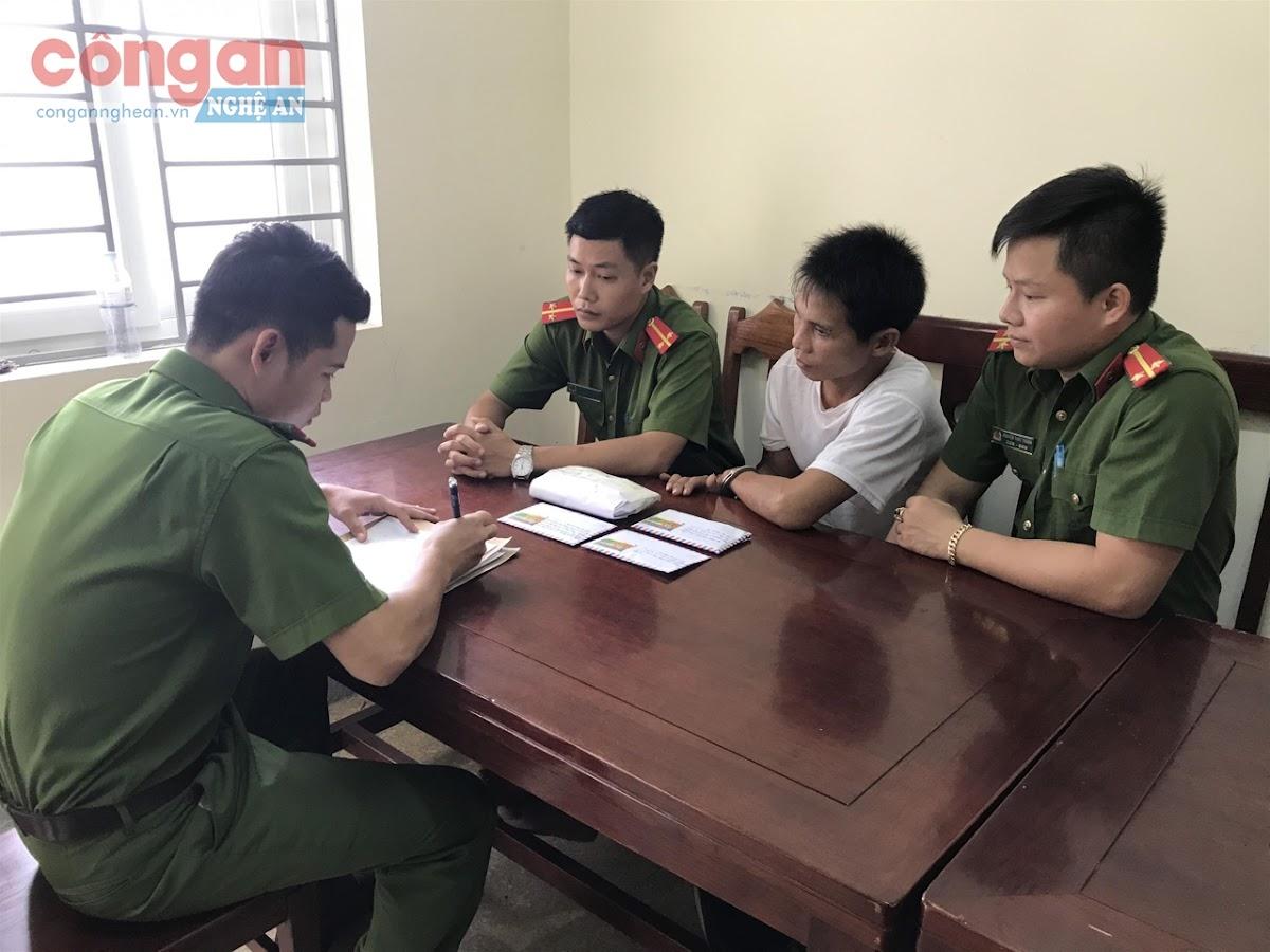 Cán bộ Công an huyện Thanh Chương lấy lời khai đối tượng cướp tài sản Chu Văn Sáng