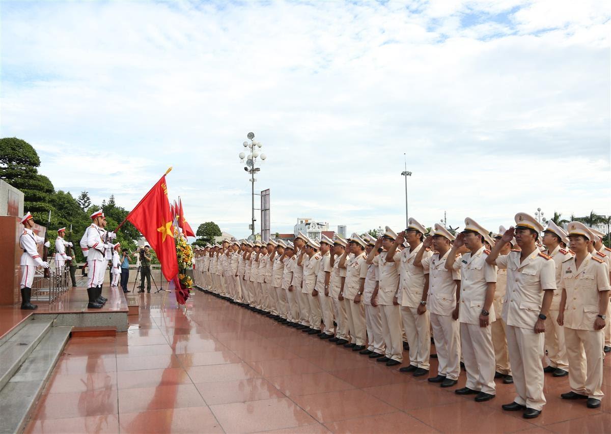 Đoàn đại biểu tham dự Đại hội Đảng bộ Công an tỉnh Nghệ An lần thứ XIV, nhiệm kỳ 2020 - 2025 dâng hoa, báo công lên Bác tại Quảng trường Hồ Chí Minh (Thành phố Vinh)
