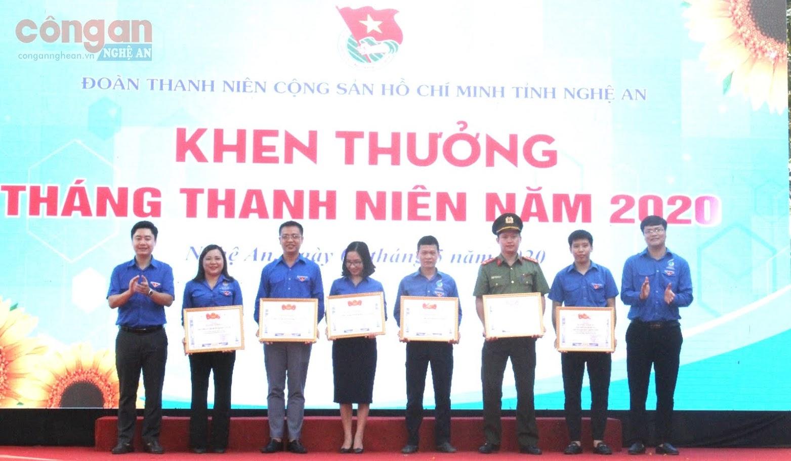 Ban Thường vụ Tỉnh đoàn tặng Bằng khen cho các tập thể có thành tích xuất sắc trong triển khai các hoạt động Tháng Thanh niên