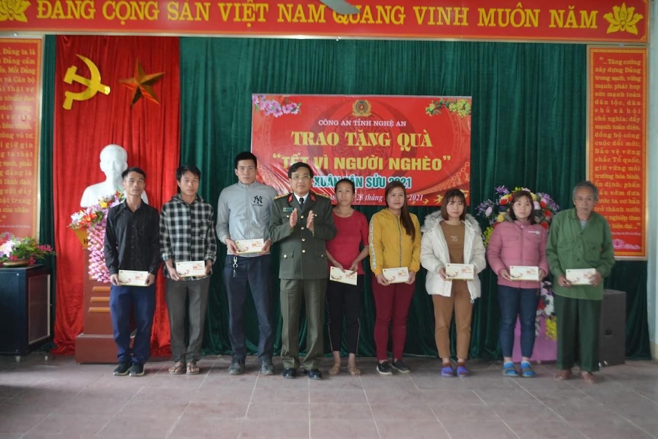 Đại tá Hồ Văn Tứ, Phó Giám đốc Công an tỉnh Nghệ An trao quà Tết cho các hộ nghèo ở huyện Quỳ Hợp