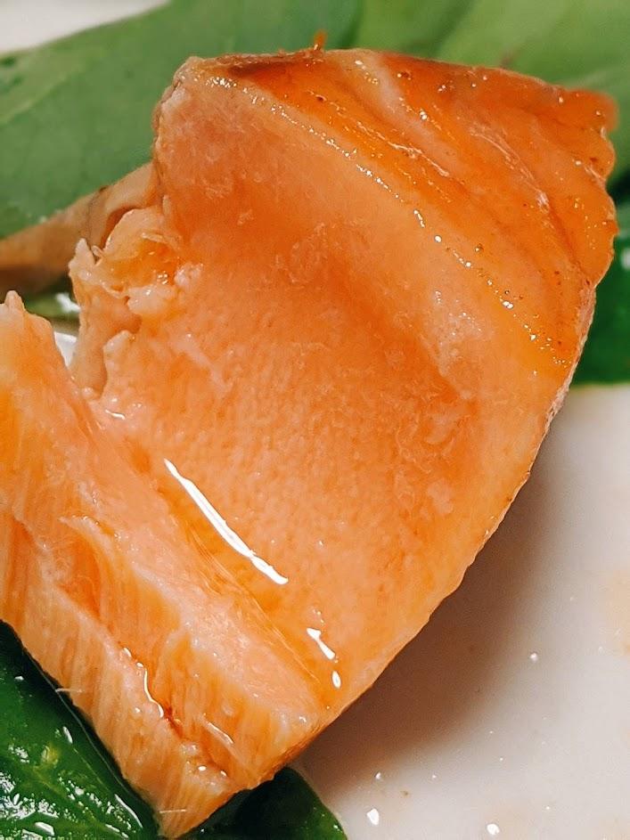 エンペラーサーモンのレアステーキの一切れの画像