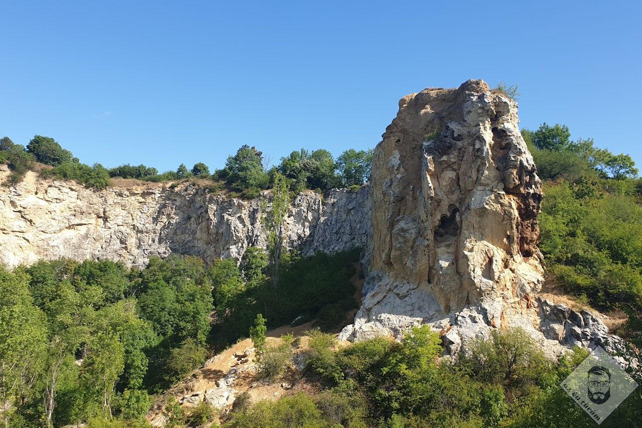 KÉP / Kőfejtő és egy sziklaüreg