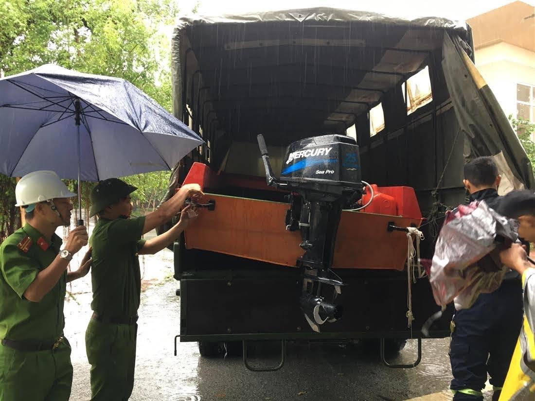 Phòng Cảnh sát PCCC&CNCH, Công an Nghệ An khẩn trương  chuẩn bị phương tiện chi viện cho tỉnh Hà Tĩnh