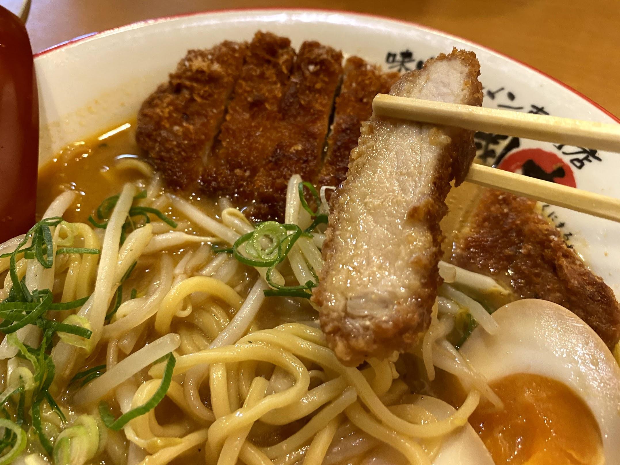 麺屋・國丸 南国店 味噌カツラーメンの豚カツ