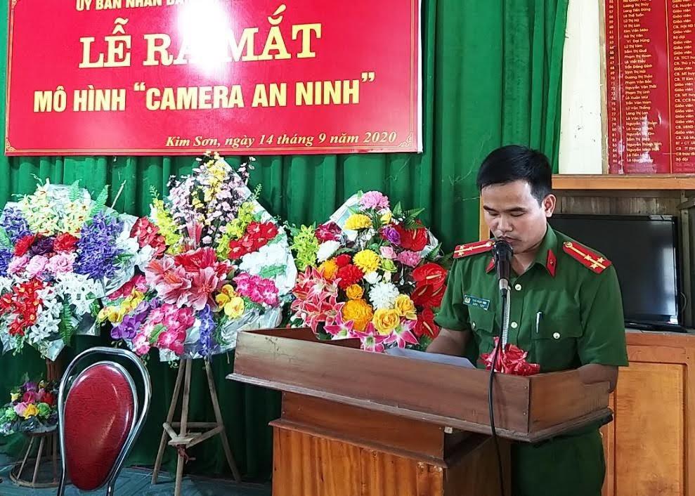 """Thượng úy Thái Ngọc Sơn - Trưởng Công an thị trấn Kim Sơn công bố quyết định xây dựng, ra mắt mô hình """"Camera an ninh""""."""