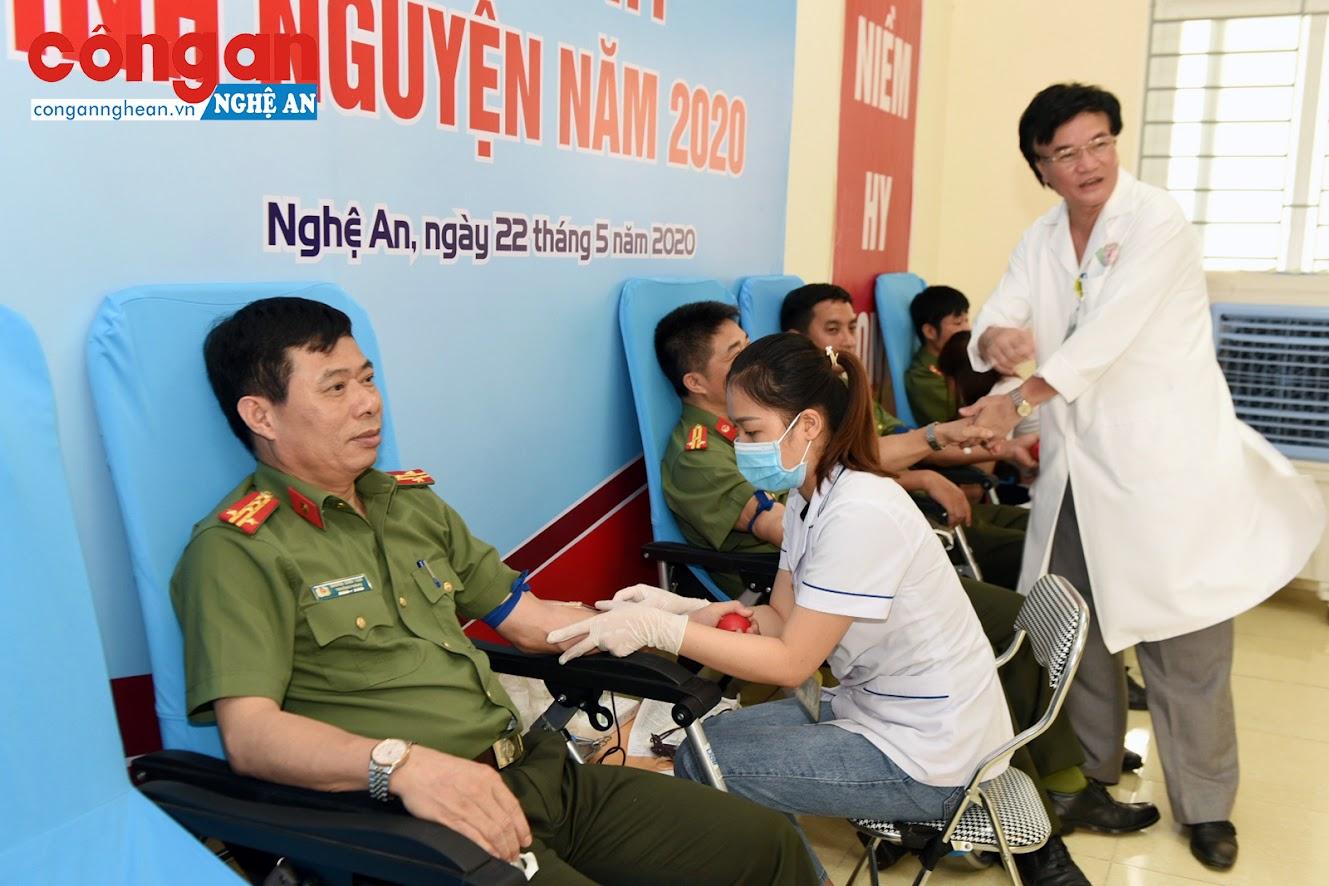 Lãnh đạo phòng PA03 tham gia hiến máu