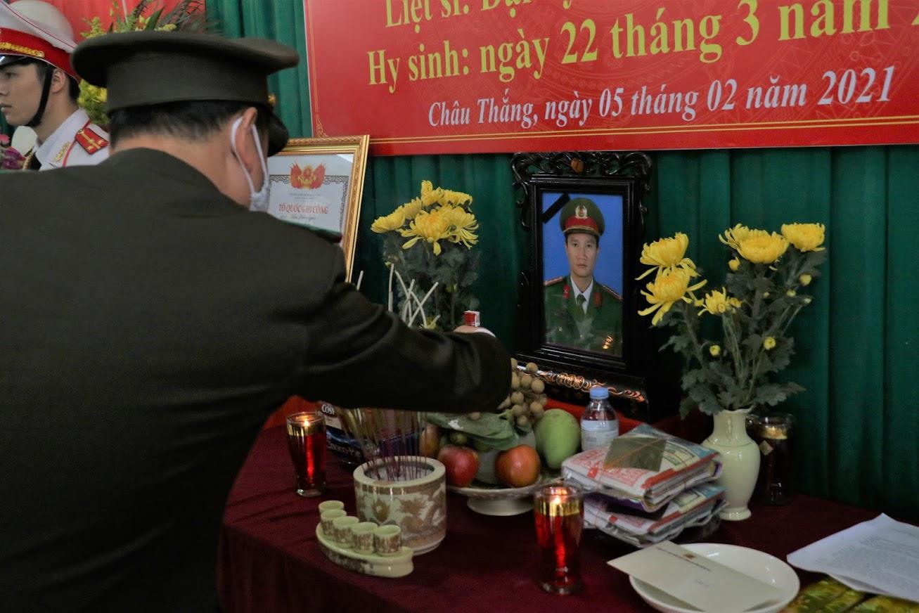 Buổi lễ được tổ chức tại xã Châu Thắng, huyện Quỳ Châu, quê nhà của đồng chí Sầm Quốc Nghĩa