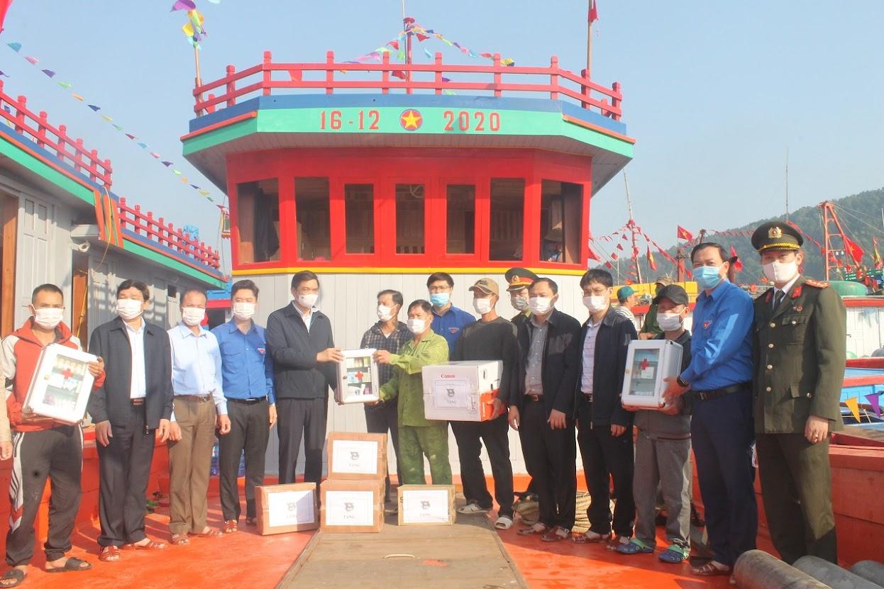 Lãnh đạo tỉnh Nghệ An và Tỉnh đoàn tặng quà cho các ngư dân