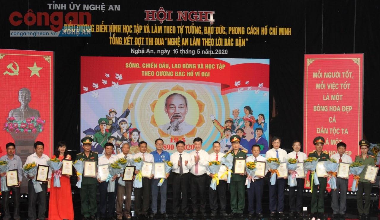 Đồng chí Thái Thanh Quý, Bí thư Tỉnh ủy và đồng chí Nguyễn Đức Trung, Chủ tịch UBND tỉnh khen thưởng cho các tập thể, cá nhân điển hình về thực hiện Chỉ thị số 05 của Bộ Chính trị