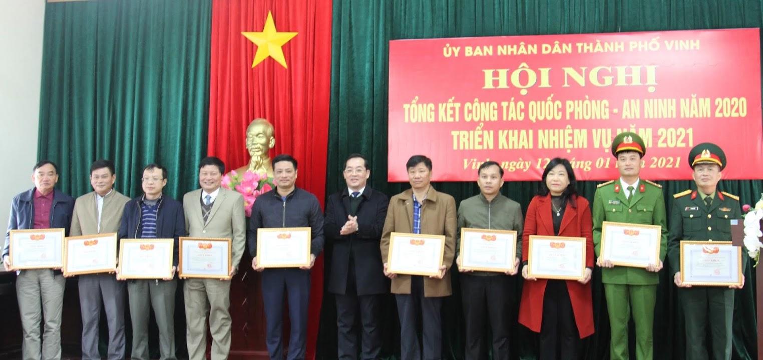 Đồng chí Nguyễn Văn Lư, Phó Bí thư Thường trực Thành uỷ Vinh, Chủ tịch HĐND Tp Vinh trao thưởng cho các tập thể, cá nhân đạt thành tích xuất sắc
