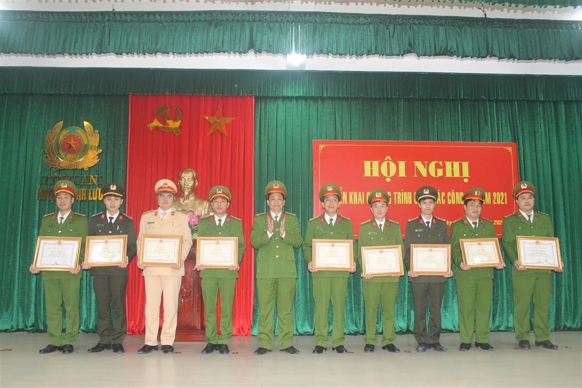 Dịp này có 9 cá nhân được nhận Bằng khen của Bộ Công an và UBND tỉnh