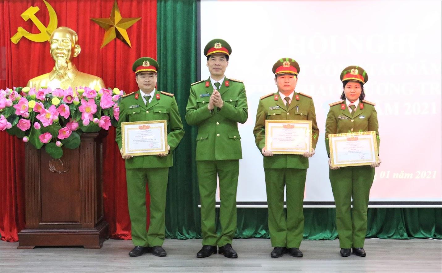 Đại tá Cao Minh Huyền - Phó Giám đốc Công an tỉnh trao Giấy khen cho các tập thể,cá nhân có thành tích xuất sắc là chú thích hai ảnh khen thưởng đầu.