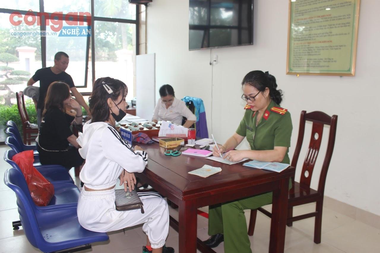 CBCS Phòng Cảnh sát QLHC về TTXH giải quyết thủ tục cho người dân