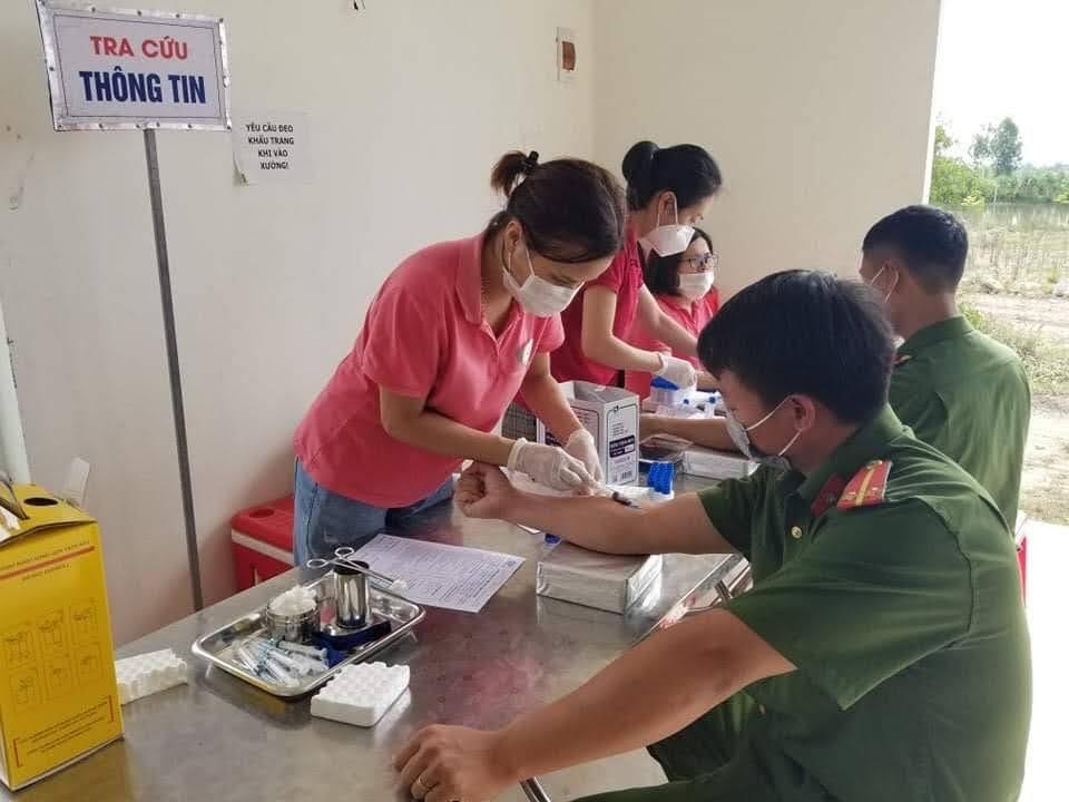 Với thông điệp 'Mỗi giọt máu cho đi, một cuộc đời ở lại' CBCS tham gia hiến máu phục vụ công tác chữa bệnh cứu người