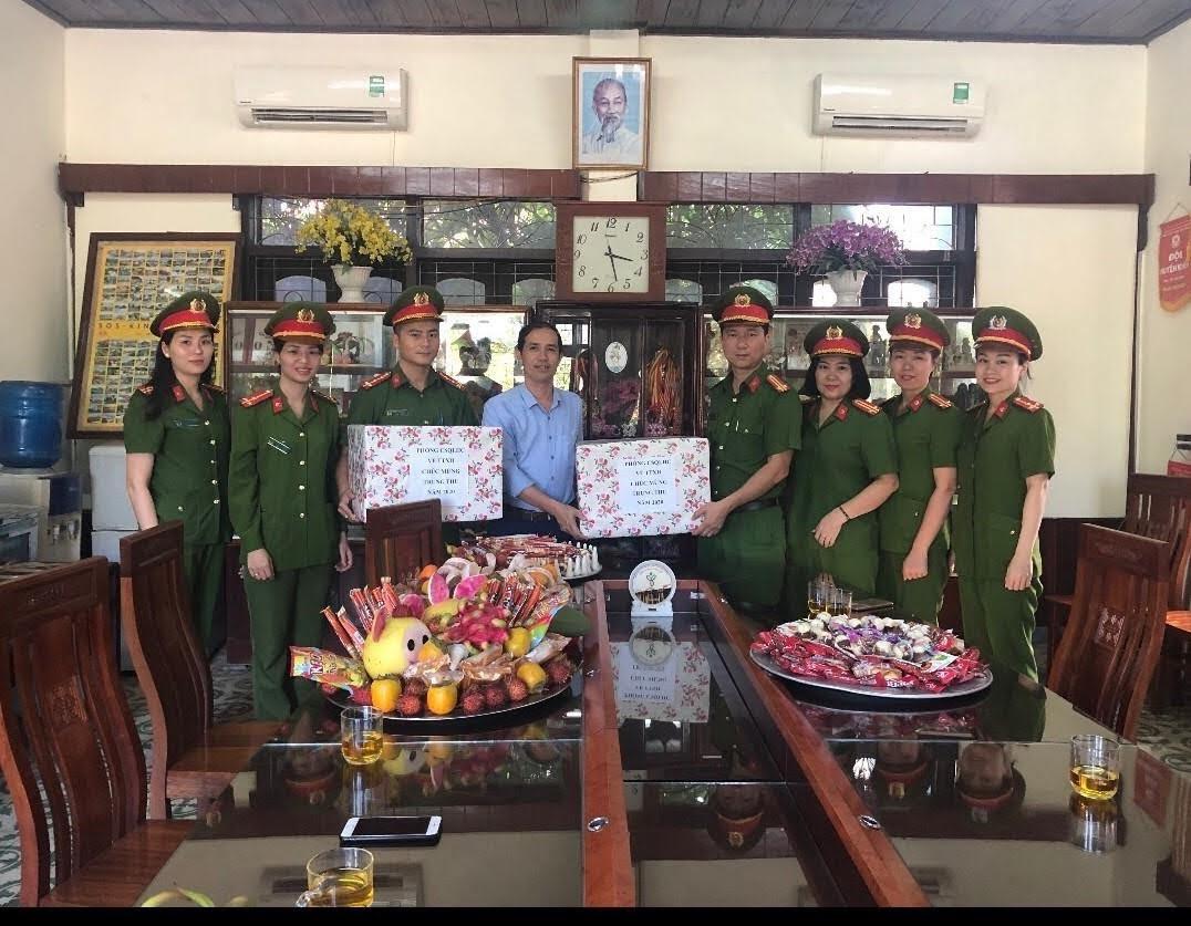 Phòng Cảnh sát QLHC về TTXH tặng quà cho trẻ em tại Làng trẻ SOS Vinh