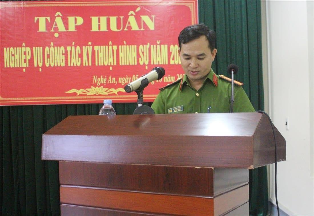 Thiếu tá Hồ Đình Cương, Phó Đội trưởng, chủ nhiệm lớp học báo cáo kết quả lớp tập huấn
