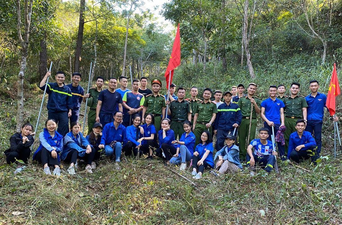 Niềm vui chung của các đồng chí đoàn viên khi đã hoàn thành nhiệm vụ, góp phần đảm bảo an toàn phòng chống cháy rừng tại địa phương. Trọng Tuấn