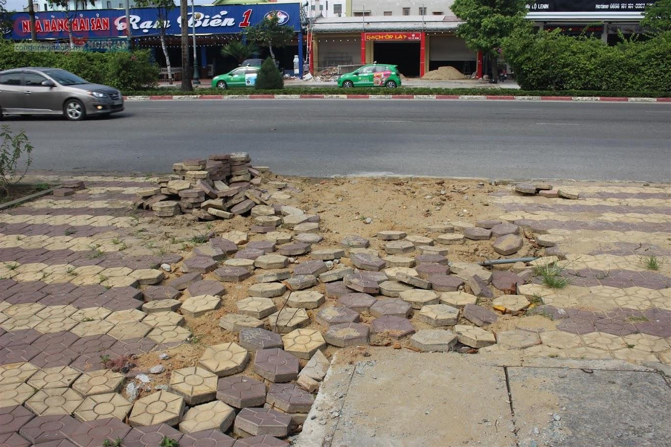 Đến nay, hai bên vỉa hè đầy những đoạn vỡ, hàng trăm viên đá granite hư hỏng