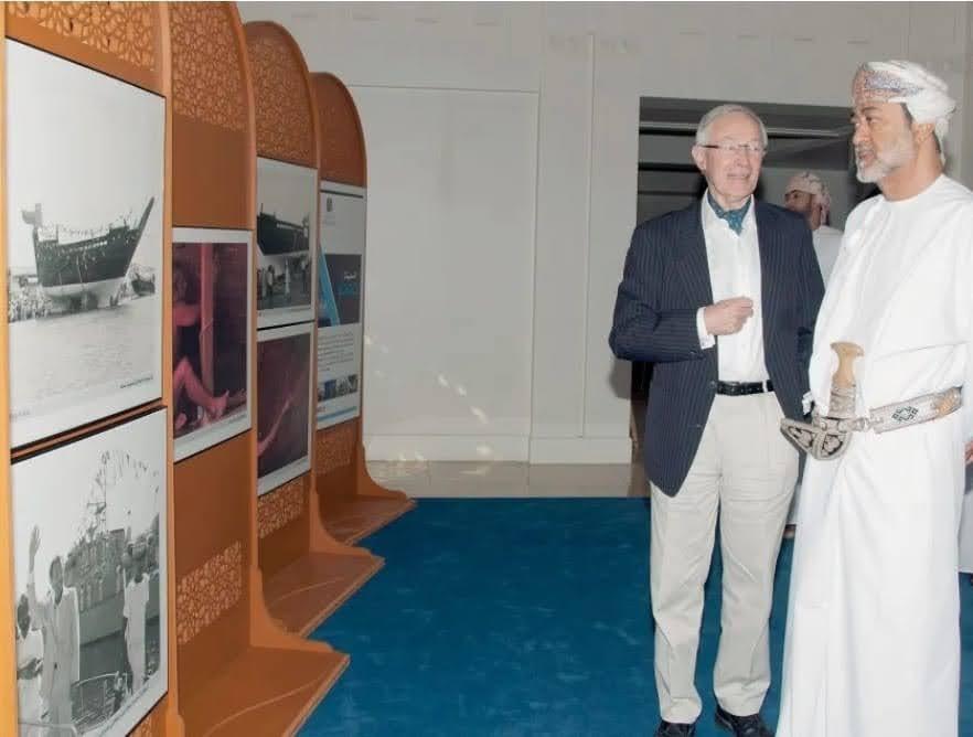 موجودہ بادشاہ السید ھیثم بن طارق اور ٹم سیورن سندباد کی کشتی سے منسوب تصویری نمایش کے دوران