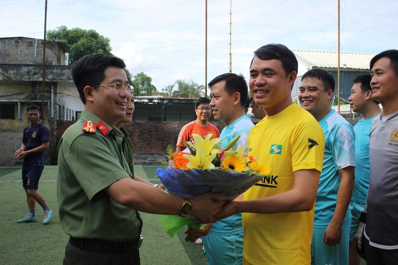 Lãnh đạo 2 đơn vị tặng hoa 2 đội bóng