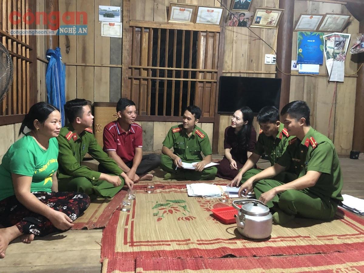 """Công an huyện Con Cuông đến tận nhà tuyên tuyền, vận động nhân dân """"nói không với ma tuý"""""""