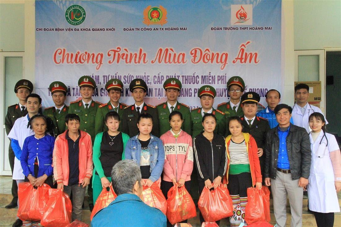 Trao tặng 75 suất quà tại các bản trên địa bàn xã Quang Phong