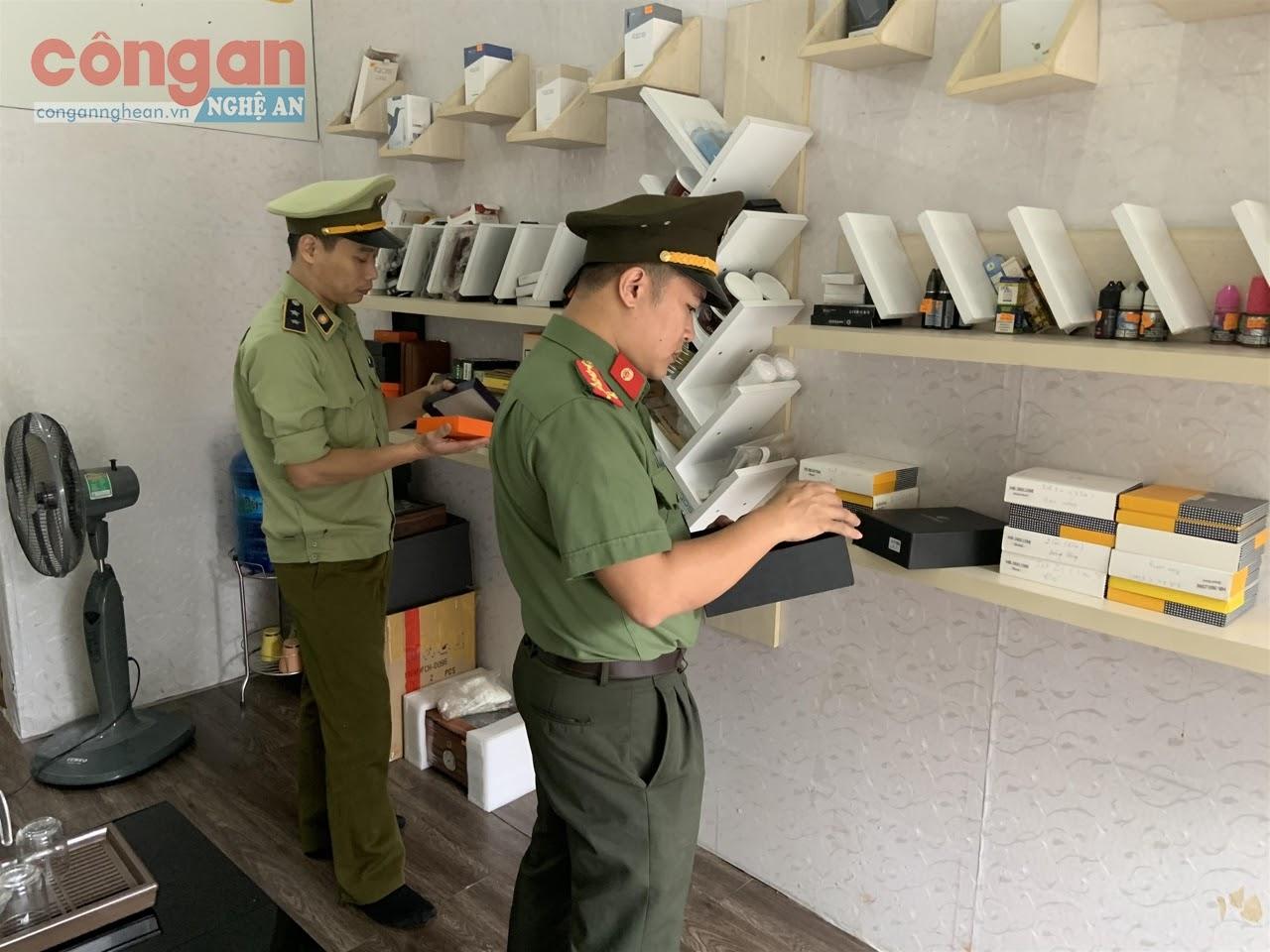 Lực lượng QLTT tỉnh kiểm tra nguồn gốc, xuất xứ hàng hóa tại một gian hàng kinh doanh  trên địa bàn TP Vinh