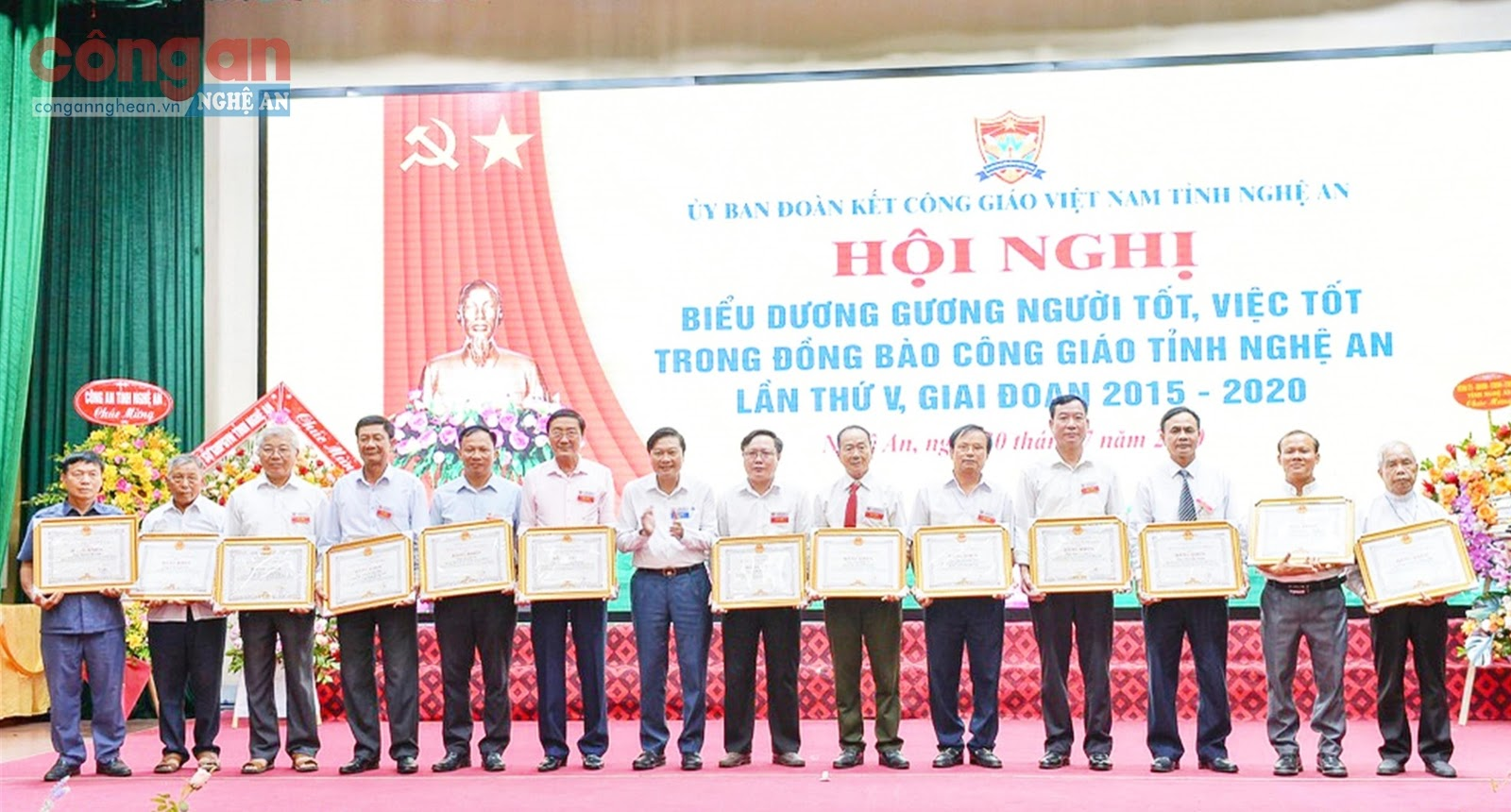 Đồng chí Lê Hồng Vinh, Phó Chủ tịch Thường trực UBND tỉnh trao Bằng khen của UBND tỉnh cho các cá nhân gương  người tốt, việc tốt tại Hội nghị Biểu dương gương người tốt,  việc tốt trong đồng bào Công giáo tỉnh giai đoạn 2015 - 2020