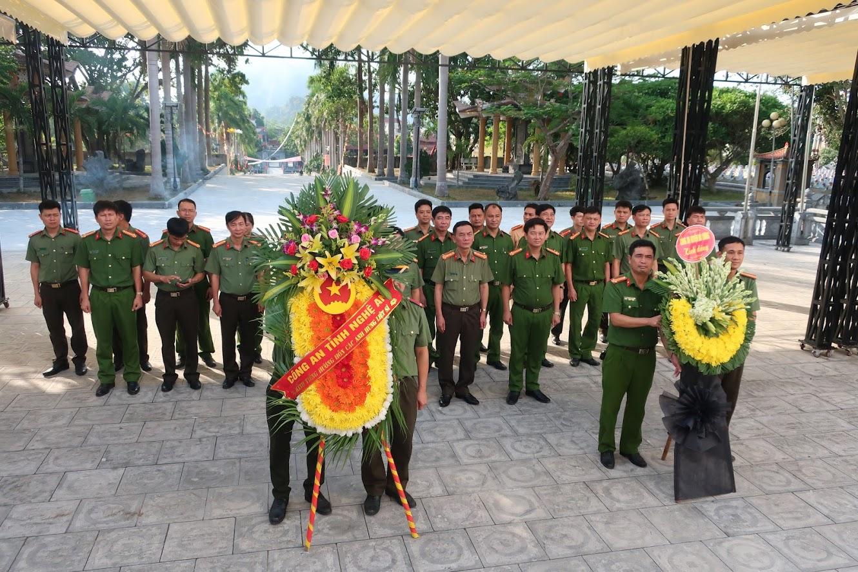 """Vòng hoa của Công an tỉnh Nghệ An mang dòng chữ """"Kính viếng hương hồn các anh hùng liệt sĩ"""""""