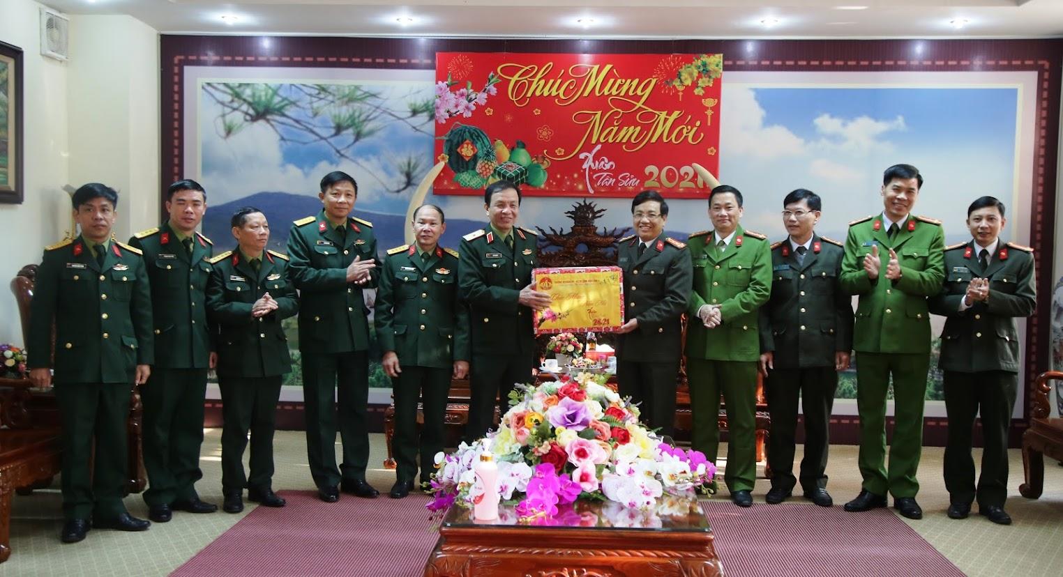Bộ Tư lệnh Quân khu 4  tặng quà, chúc Tết Công an Nghệ An