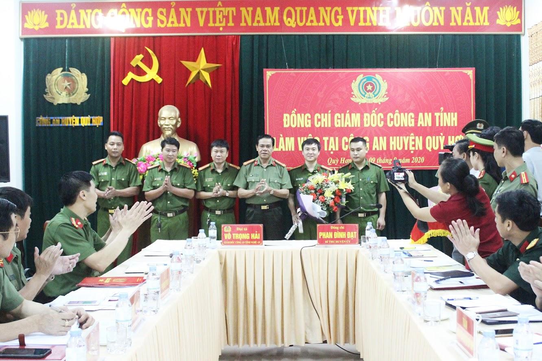 4.Đồng chí Đại tá Võ Trọng Hải, Giám đốc Công an tỉnh Nghệ An trao thưởng thành công của ban chuyên án