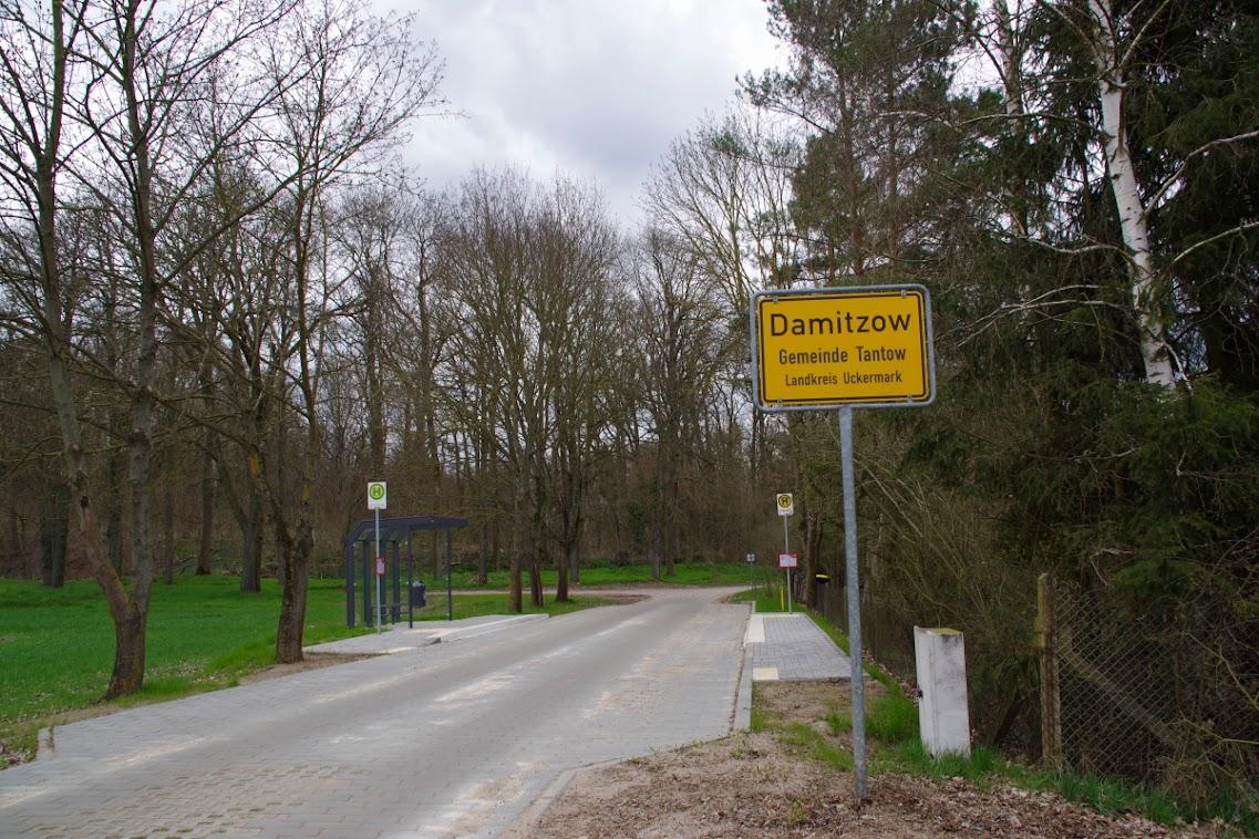 Willkommen in Damitzow: Am Ortseingang gibt es einen sanierten Plattenweg und eine Bushaltestelle. Foto: Andreas Schwarze (asc)