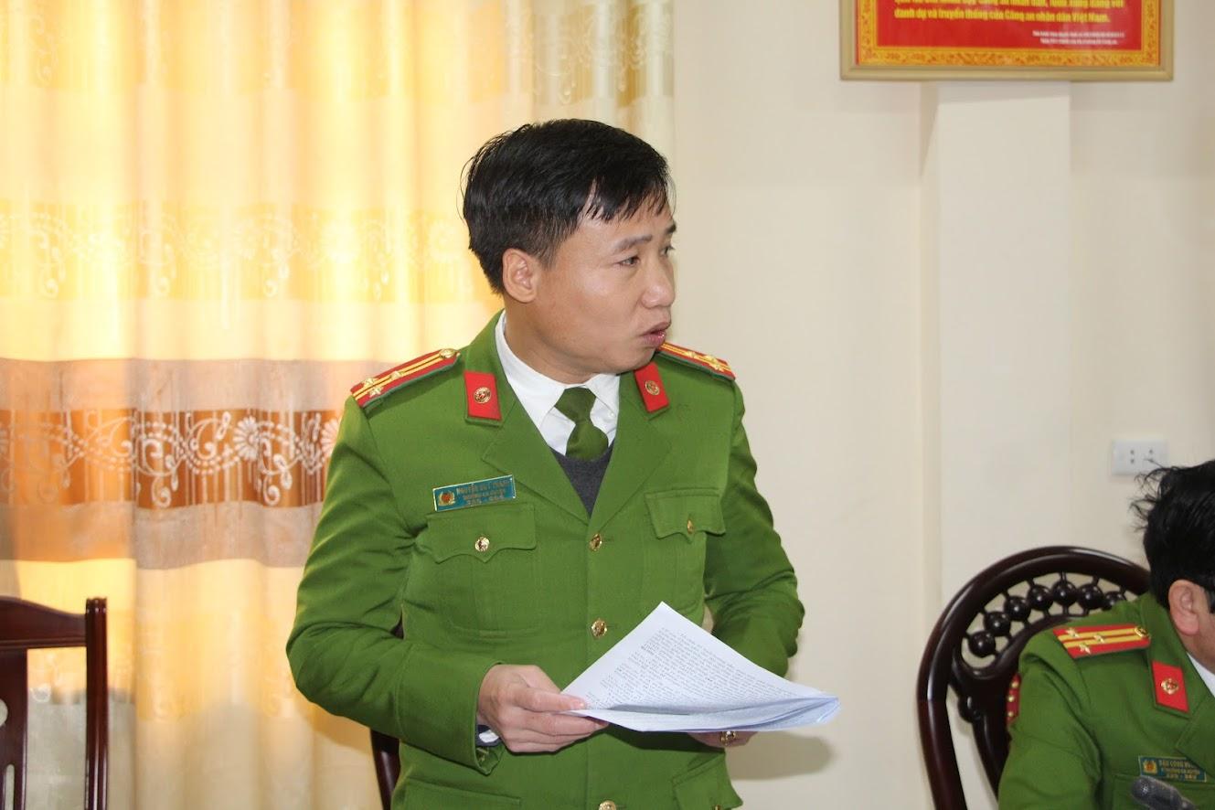 Thượng tá Nguyễn Duy Thanh - Trưởng Công an huyện Diễn Châu báo cáo với Đoàn công tác về những kết quả đã làm được của Công an huyện Diễn Châu về công tác đấu tranh với các hành vi vi phạm pháp luật về VK, VLN, CCHT và pháo.