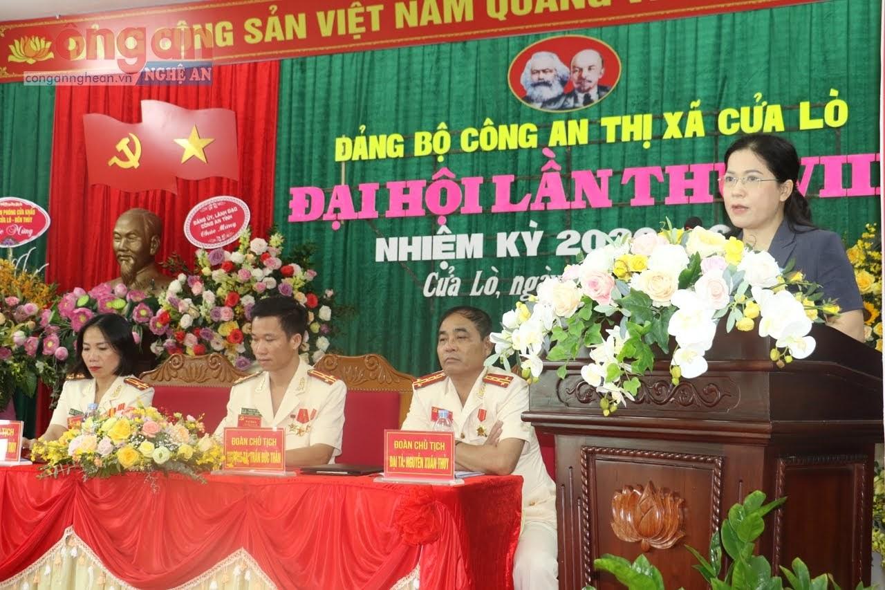 Bà Nguyễn Thị Kim Chi - Tỉnh ủy viên, Bí thư Thị ủy ghi nhận những kết quả mà Đảng bộ Công an thị xã đạt được trong nhiệm kỳ qua