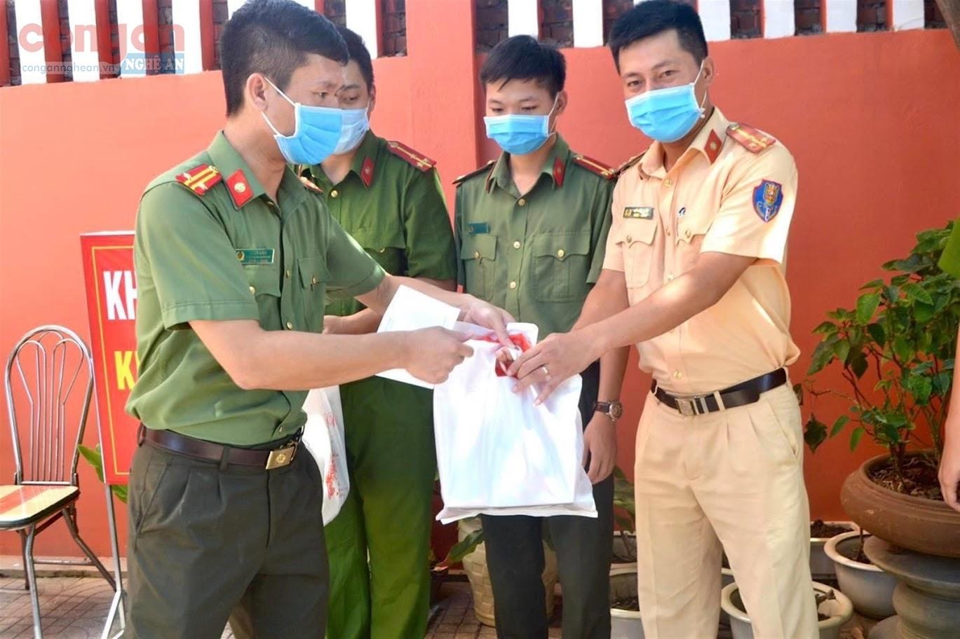 Trung tá  Lê Đức Dũng, Phó Trưởng Công an  TP Vinh  trao những món quà  ý nghĩa  đến CBCS  đang làm  nhiệm vụ