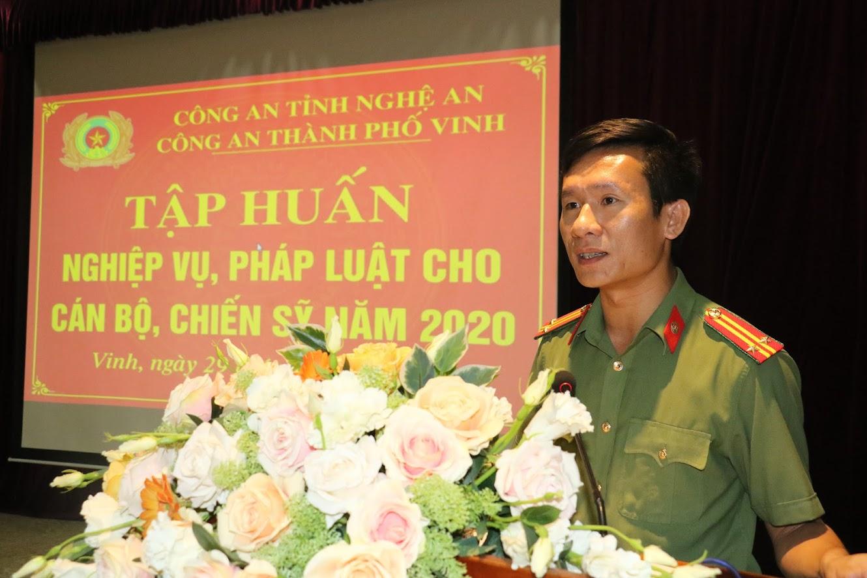 Trung tá Lê Đức Dũng - Phó trưởng Công an thành phố Vinh tập huấn chuyên đề cho các học viên tham gia.