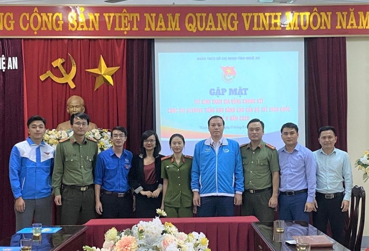 Thiếu uý Hà Thị Huyền (giữa) là thí sinh duy nhất của lực lượng vũ trang tỉnh nhà sẽ tranh tài tại Vòng Chung kết Cuộc thi Olympic Tiếng Anh dành cho cán bộ trẻ toàn quốc.