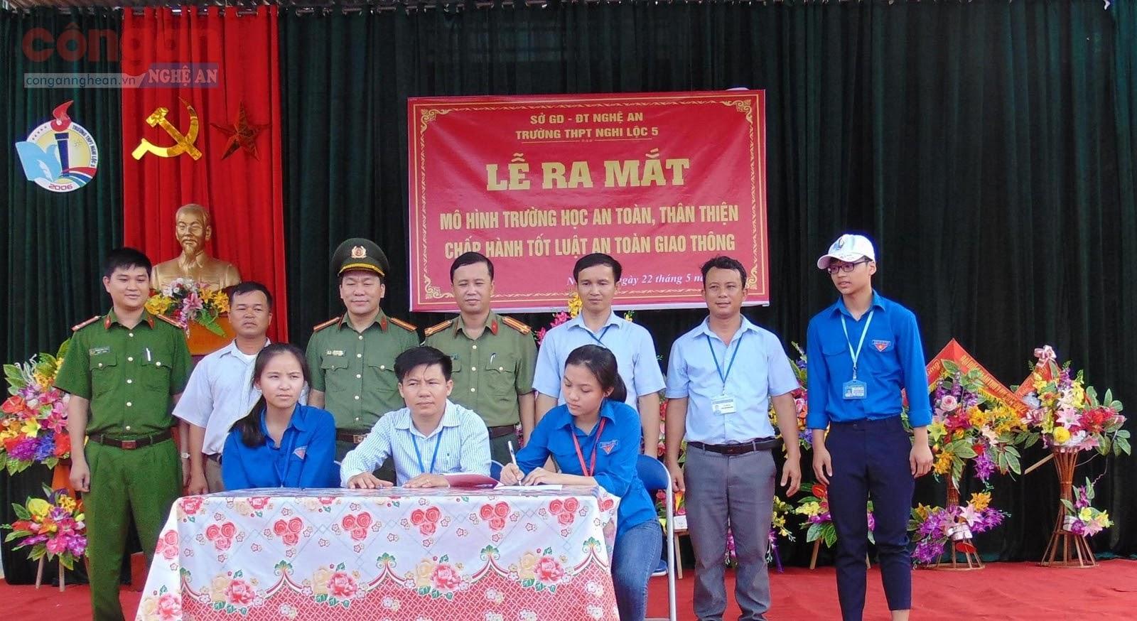 """Tổ chức Công đoàn và học sinh trường THPT Nghi Lộc 5,            ký cam kết thực hiện mô hình """"Trường học an toàn,                  thân thiện, chấp hành luật giao thông"""""""