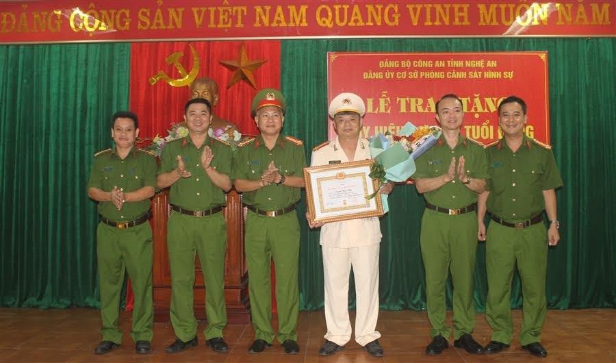 Các đồng chí trong Đảng ủy chúc mừng đồng chí Nguyễn Thiện Hiền
