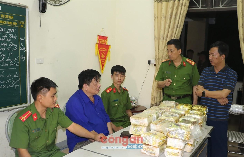 Đồng chí Đại tá Nguyễn Mạnh Hùng, Phó Giám đốc Công an tỉnh chỉ đạo triệt phá đường dây mua bán, vận chuyển 50 kg ma túy đá - Ảnh: Trọng tuấn