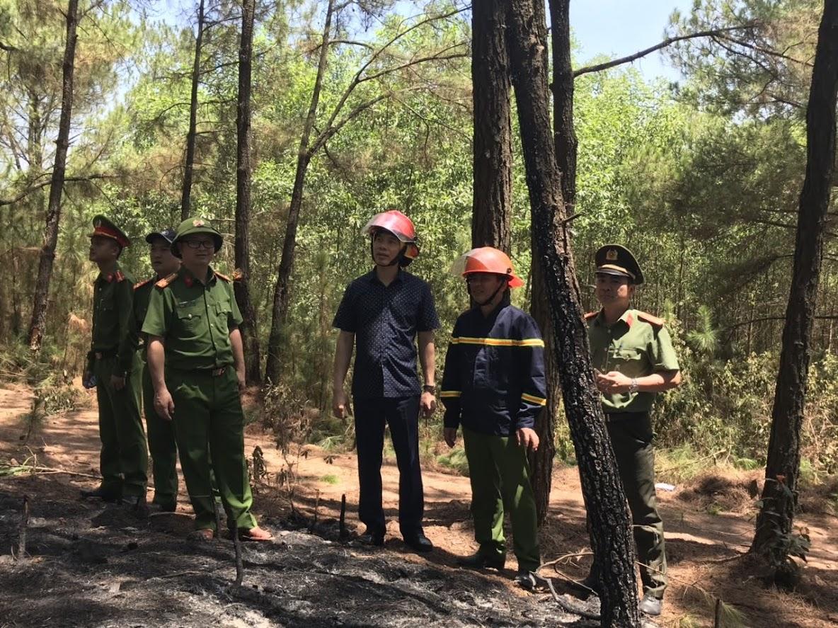 Đồng chí Đại tá Cao Minh Huyền - Phó Giám đốc Công an tỉnh (giữa) chỉ đạo lực lượng Cảnh sát PCCC tiếp tục túc trực 24/24 đề phòng lửa bùng phát trở lại. ảnh Đức Vũ.