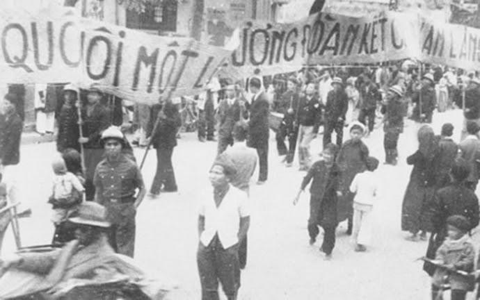 Cách đây 75 năm, ngày 06/01/1946 là ngày đầu tiên người dân Việt Nam được đi bầu cử với tư cách là công dân của một nước độc lập. Trong ảnh: Nhân dân lao động Thủ đô cổ động cho ngày Tổng tuyển cử đầu tiên. Ảnh: Tư liệu