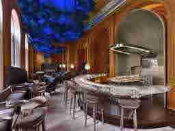 エミリー、パリへ行く Hotel's bar Le Bar Hôtel Plazza Athénée, 25 Avenue Montaigne