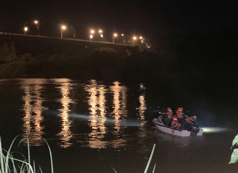 Lực lượng cứu nạn tìm kiếm trong đêm