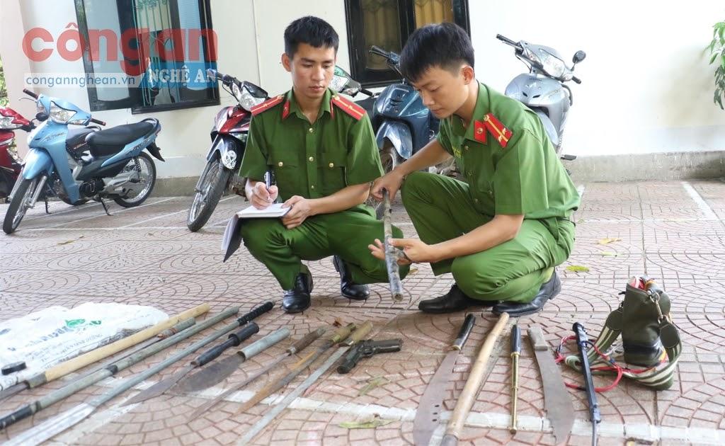 Lực lượng Công an kiểm tra số hung khí thu giữ của các đối tượng
