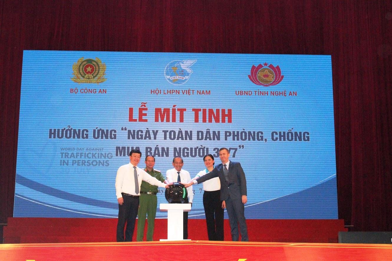 Đồng chí Trương Hòa Bình, Ủy viên Bộ Chính trị, Phó Thủ tướng thường trực và các đại biểu ấn nút thể hiện cam kết phòng chống dịch