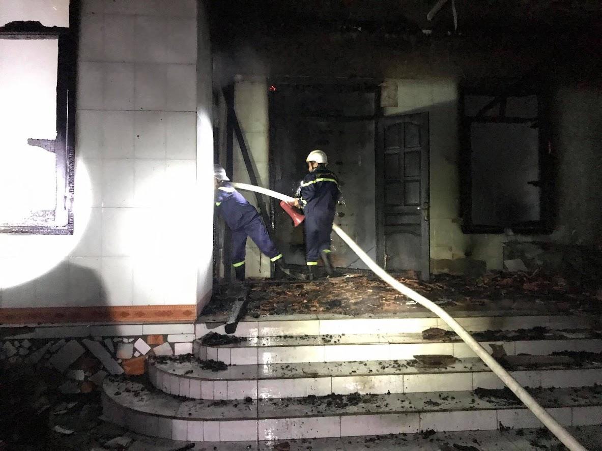 Một tổ khác chữa cháy từ cửa chính